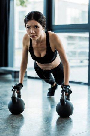 Photo pour Belle fille dans l'exercice de vêtements de sport avec des haltères - image libre de droit