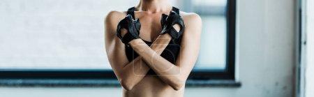 Photo pour Plan panoramique de jeune femme debout avec les bras croisés - image libre de droit