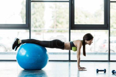 Photo pour Belle formation de fille sur la bille bleue de forme physique dans la gymnastique - image libre de droit