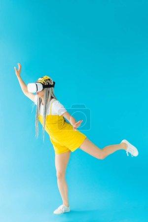 Photo pour Fille avec dreadlocks dans réalité virtuelle casque geste sur turquoise - image libre de droit