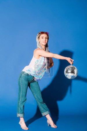 Photo pour Belle fille élégante posant avec boule disco sur bleu - image libre de droit