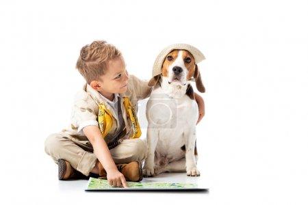 Photo pour Enfant d'explorateur préscolaire avec la carte et le crabot de beagle sur le blanc - image libre de droit