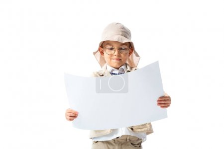 Photo pour Explorateur concentré enfant dans des lunettes et chapeau regardant placard isolé sur blanc - image libre de droit