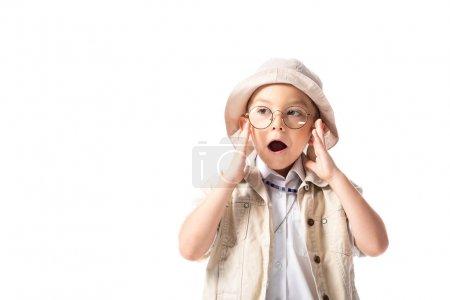 Photo pour Garçon explorateur choqué dans le chapeau et les glaces déregardant avec la bouche ouverte d'isolement sur le blanc - image libre de droit