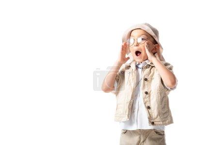Photo pour Explorateur choqué garçon en chapeau et lunettes regardant loin avec la bouche ouverte isolé sur blanc - image libre de droit