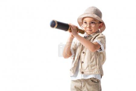 Photo pour Curieux garçon explorateur souriant dans des lunettes et chapeau tenant spyglass isolé sur blanc - image libre de droit