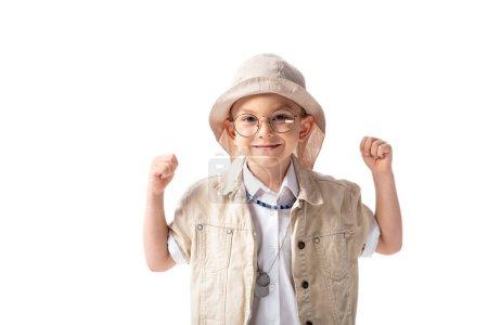 Photo pour Vue de face du garçon explorateur souriant dans des lunettes et un chapeau montrant oui geste isolé sur blanc - image libre de droit