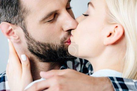 Photo pour Beau couple embrassant et embrassant isolé sur gris - image libre de droit