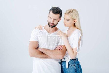 Photo pour Jeune femme embrassant l'homme bouleversé d'isolement sur le gris - image libre de droit