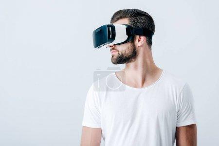 Photo pour Barbu homme en réalité virtuelle casque isolé sur gris avec espace de copie - image libre de droit