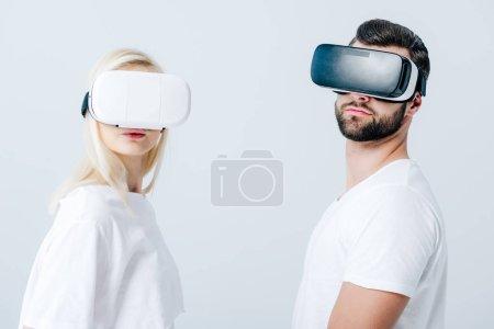 homme et fille dans Casques de réalité virtuelle isolés sur gris