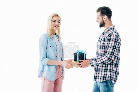 Photo pour Homme donnant cadeau à fille heureuse isolé sur blanc - image libre de droit