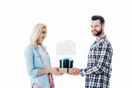 Mann schenkt glücklichem Mädchen auf weißem Grund ein Geschenk