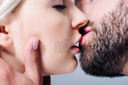 Photo pour Fermer vers le haut la vue du couple sensuel embrassant d'isolement sur le gris - image libre de droit