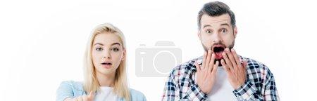 Photo pour Plan panoramique de fille pointant avec le doigt et l'homme surpris couvrant la bouche isolé sur blanc - image libre de droit