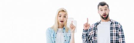 Photo pour Tir panoramique de la fille et de l'homme pointant avec des doigts vers le haut d'isolement sur le blanc - image libre de droit