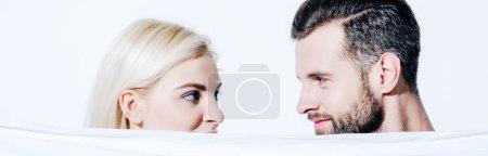 Photo pour Plan panoramique de petite amie et beau petit ami tenant couverture isolé sur blanc - image libre de droit