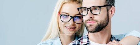 Photo pour Plan panoramique de l'homme et belle fille dans des lunettes isolées sur gris - image libre de droit