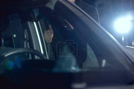 Photo pour Vue recadrée de la voiture d'intrusion de voleur avec le pied de biche - image libre de droit