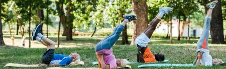 Photo pour Photo panoramique d'hommes et de femmes retraités multiculturels faisant de l'exercice sur des tapis de conditionnement physique en stationnement - image libre de droit