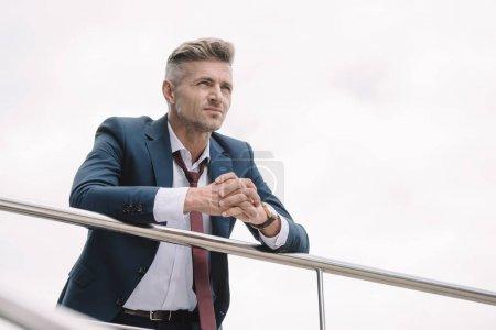 Photo pour Foyer sélectif de l'homme d'affaires en costume debout à l'extérieur avec les mains serrées - image libre de droit