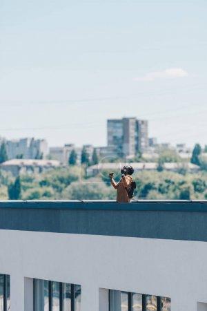 Photo pour Homme américain africain faisant des gestes avec les mains levées tout en restant du toit - image libre de droit