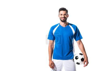 Photo pour Joueur de football de sourire avec la bille regardant l'appareil-photo d'isolement sur le blanc - image libre de droit