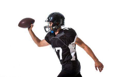 Photo pour Vue latérale du joueur de football américain dans le casque avec le bille d'isolement sur le blanc - image libre de droit
