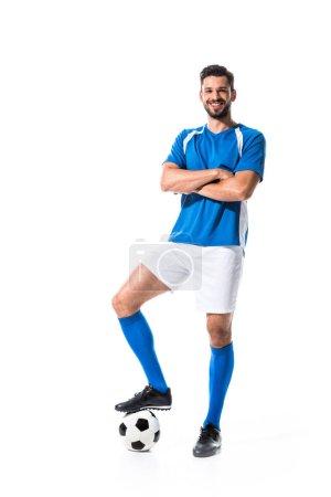 Photo pour Joueur heureux de football avec le billaet et les bras croisés d'isolement sur le blanc - image libre de droit