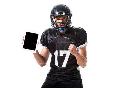 Photo pour Joueur de football américain avec la tablette numérique et la main serrée d'isolement sur le blanc - image libre de droit