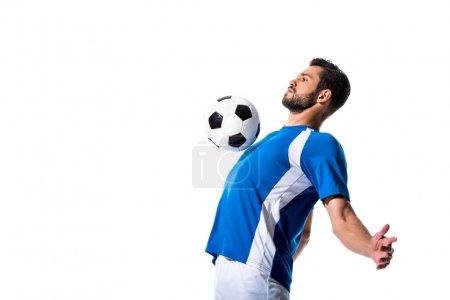 Photo pour Belle formation de joueur de football avec le ballon isolé sur le blanc avec l'espace de copie - image libre de droit