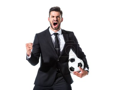 schreiender Geschäftsmann in offizieller Kleidung mit Fußballball und geballter Hand isoliert auf weiß