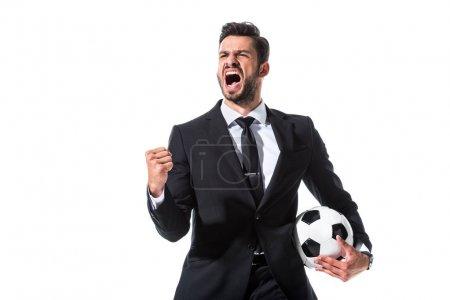 Photo pour Crier homme d'affaires en tenue formelle avec ballon de football et la main serrée isolé sur blanc - image libre de droit