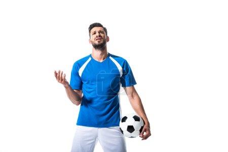 Photo pour Joueur de football mécontent avec ballon Gesturing isolé sur blanc - image libre de droit