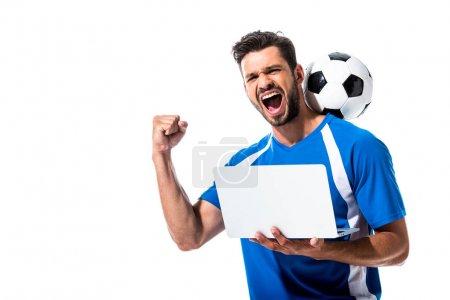 Photo pour Joueur de football avec le bille utilisant l'ordinateur portatif et encourageant l'isolement sur le blanc - image libre de droit