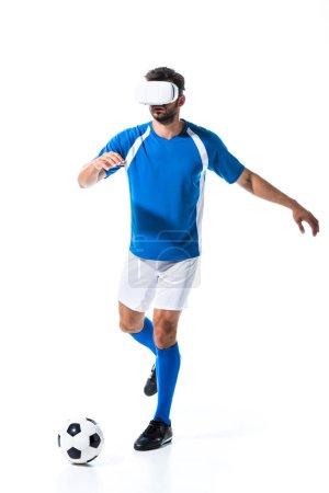 Photo pour Footballeur en réalité virtuelle casque geste et entraînement avec ballon isolé sur blanc - image libre de droit