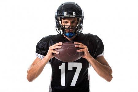 American Football-Spieler mit Ball blickt in Kamera isoliert auf Weiß