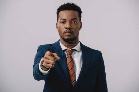 Photo pour Foyer sélectif de l'homme afro-américain pointant avec le doigt isolé sur gris - image libre de droit