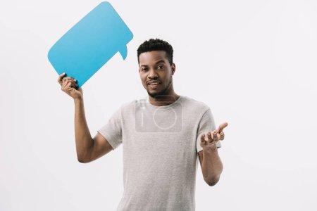 Photo pour Heureux homme afro-américain tenant bulle de parole bleue et geste isolé sur blanc - image libre de droit