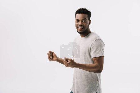 Photo pour Excité homme afro-américain geste tout en célébrant isolé sur blanc - image libre de droit