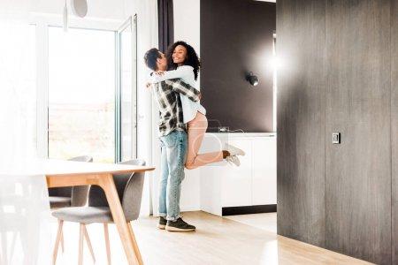 in voller Länge Ansicht der afrikanisch-amerikanischen Ehemann hält in den Händen Frau