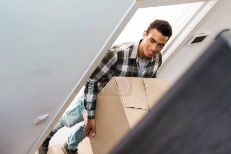 foyer sélectif de l'homme afro-américain tenant boîte et détournant les yeux