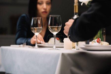 Photo pour Foyer sélectif de jeune femme ayant le dîner romantique avec le petit ami - image libre de droit