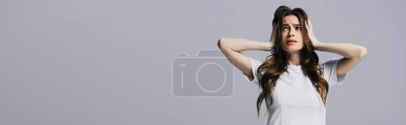 Photo pour Fatigué belle fille en t-shirt blanc touchant la tête isolé sur gris, vue panoramique - image libre de droit