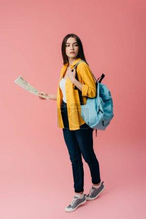 Photo pour Vue pleine longueur de belle fille avec la carte de fixation de sac à dos d'isolement sur le rose - image libre de droit
