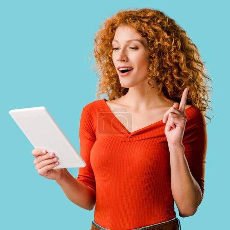 femme utilisant une tablette numérique, pointant vers le haut et ayant l'idée isolée sur bleu
