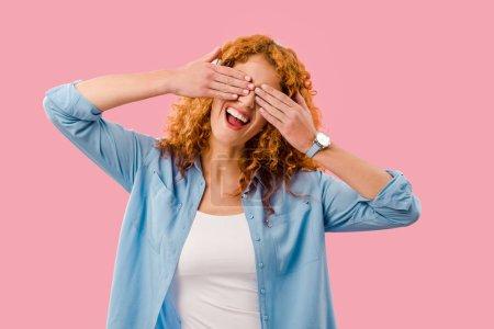 Photo pour Joyeux rousse fille fermer les yeux, isolé sur rose - image libre de droit