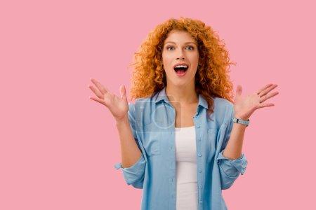 Photo pour Attrayant surpris rousse femme isolé sur rose - image libre de droit