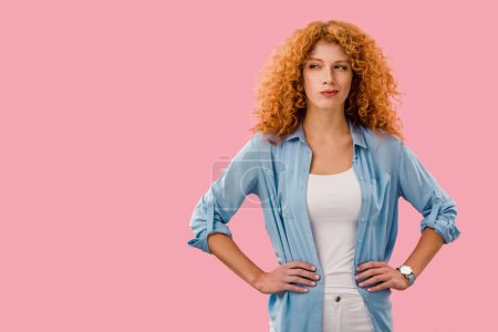 Photo pour Femme pensive attirante de rousse d'isolement sur le rose - image libre de droit