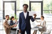 """Постер, картина, фотообои """"перед видом афро-американского бизнесмена в формальной одежды проведения цифровой планшет в офисе"""""""